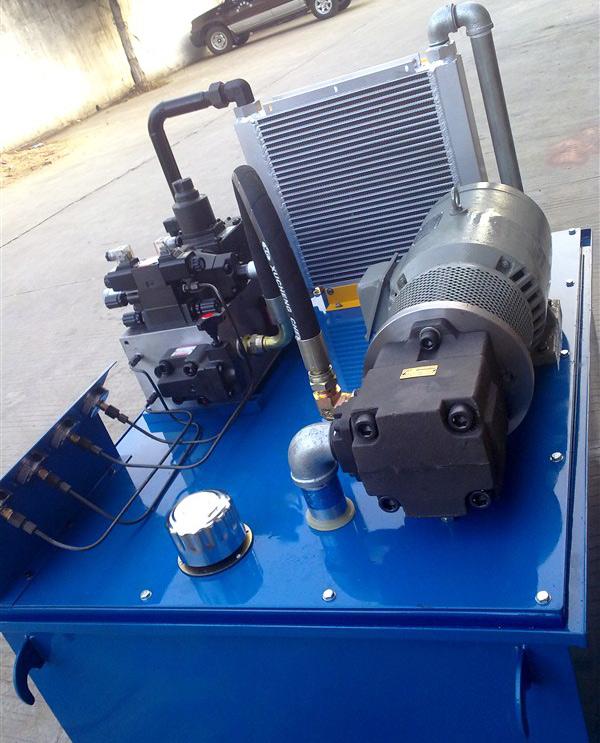 性能与设计要点 这是我们专门为,一家台湾知名生产龙门磨床厂家设计的9米龙门磨床液压站。这台液压系统工作台的运作换向缓冲平稳,运作轻巧,承载能力强。最大可以承载15吨,工作速度快,最快速度可达9米/分钟,噪音低,使用寿命长,操作简单,维修方便。选用台湾插装阀集成块,紧凑,体积小,减少连接管道,降低压力损失,减少泄漏,提高工作可靠性,降低造价和运营费用。  技术参数 1、采用台湾大同品牌液压系统专用电机。 2、采用低噪音高性能叶片泵PV2R系列。 3、龙门磨床专用插装阀集成油路块。 4、油箱容量500L。