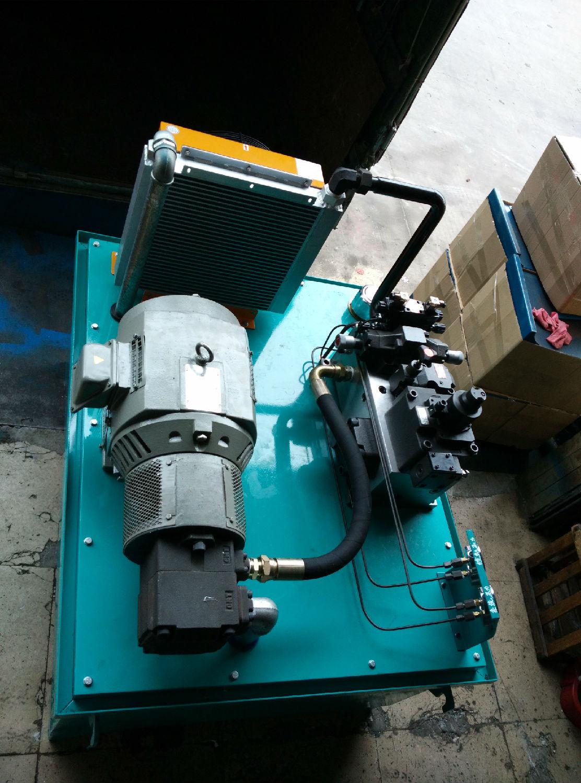 性能与设计要点 换 向平稳,运作轻巧,承载能力强。最大可以承载60吨,工作速度快,最快速度可达35米/分钟,噪音低,使用寿命长,操作简单,维修方便,龙门磨床液压站最 关键的控制部分是工作台的运作换向缓冲要平稳,也是龙门磨床液压站最应克服的不可忽视的液压技术问题。如果换向缓冲不平稳会直接影响到整个机床的加工工件 的精度不精准。 以下龙门磨床液压站的产品展示图全部为鹏瑞公司产品实拍图。      液压站的构成 动力装置--液压泵 执行装置--
