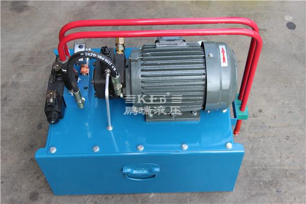 特点 这套成品锯液压站具有以下特点: 1、使用液压压料方式,对铜,铝,塑,管材及板材锯切。 2、具有锯切速度平稳,精度高,锯口垂直作用。 3、安装简单、结构紧凑、占用空间体积小。  技术参数 1、台湾品牌液压系统专用电机。 2、成品锯液压站专用油路块。 3、低压叶片泵系列。 4、油箱容量60L。 5、流量可调。 6、压力范围:0-70KG。 产品实拍展示图     温馨提示:本公司全部产品都可以提供非标量身定做!交货快!免费设计!售后无忧!欢迎广大客户来人来电咨询,服务热线:0757-82800663