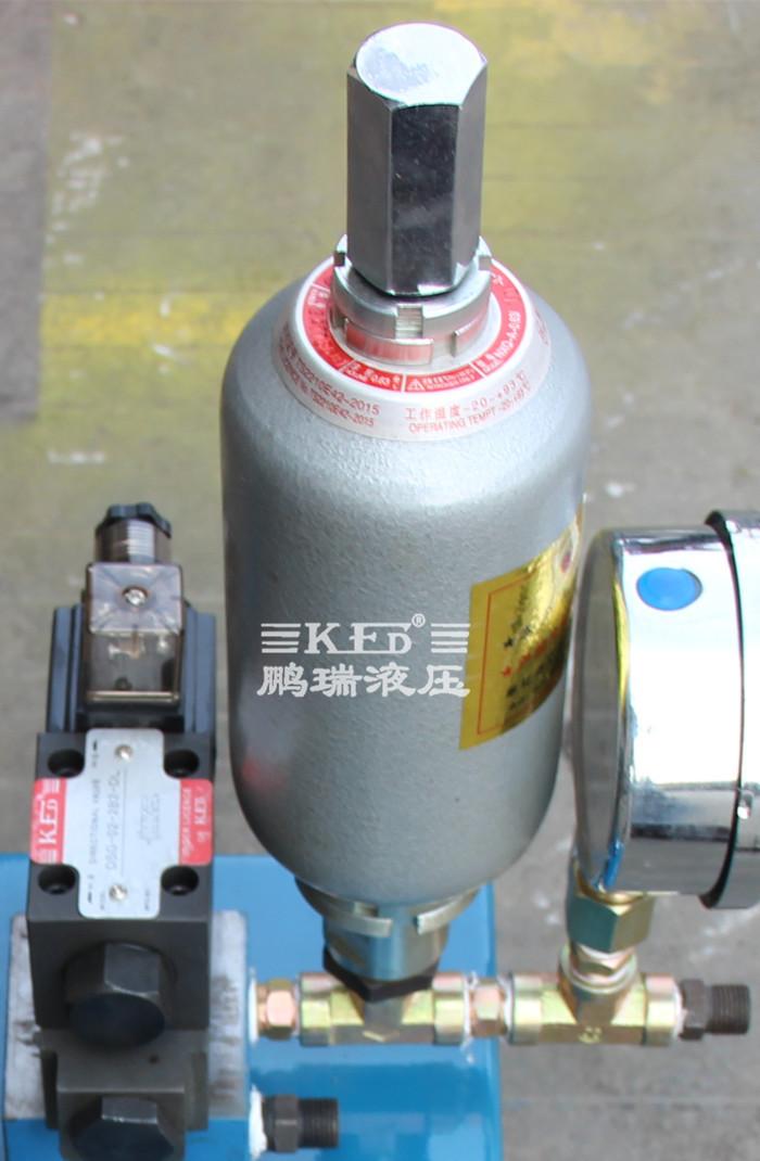 压力及流量调节后,经外接管路至液压机械的油缸或油