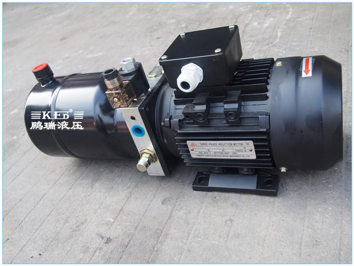 叉车液压系统 的工作原理 电机带动油泵旋转,泵从油箱中吸油供油,将图片