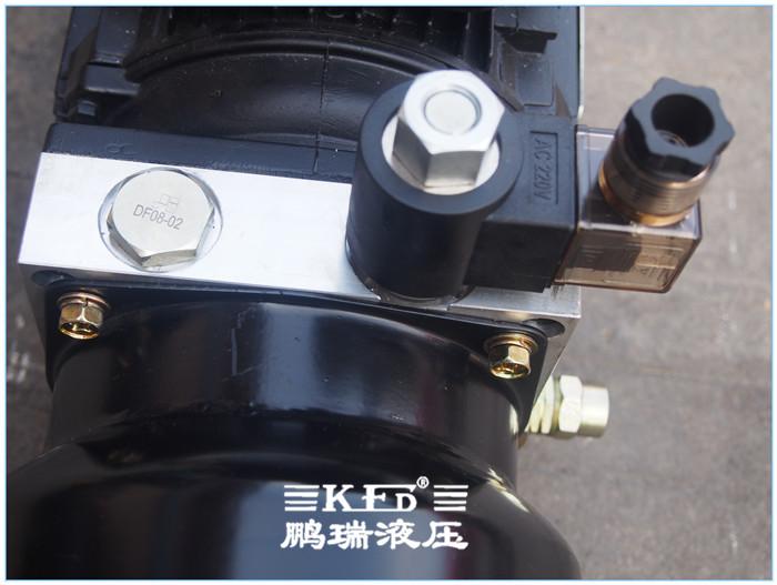 叉车液压系统 的工作原理 电机带动油泵旋转,泵从油箱中吸油供油,将